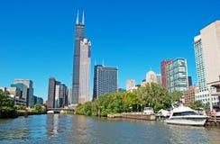 Chicago: vista acima na skyline e no Willis Tower de um cruzeiro do canal em Chicago River o 22 de setembro de 2014 Fotos de Stock Royalty Free