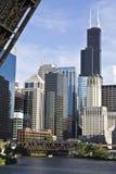 Chicago von unterhalb der Brücke Lizenzfreies Stockbild
