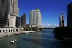 Chicago - Wolkenkrabbers en Rivier Stock Afbeelding