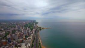 Chicago y el lago Michigan desde arriba - de la visión aérea asombrosa almacen de metraje de vídeo