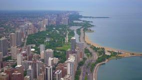 Chicago y el lago Michigan desde arriba - de la visión aérea asombrosa metrajes