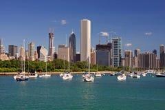 Chicagos Skyline an einem vollen Tag Stockbilder