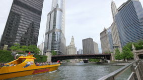 Chicagowscy drapacze chmur i Michigan alei most od rzeki zbiory wideo