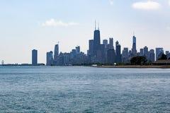 Chicagowska linia horyzontu nad jezioro michigan przy Diversey aleją zdjęcie royalty free