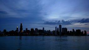 Chicagowska linia horyzontu Odbijająca na jeziorze przy zmierzchu czasu upływem zbiory wideo