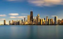Chicagowska linia horyzontu przy zmierzchem przeglądać od Północnej alei plaży zdjęcie stock