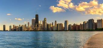 Chicagowska linia horyzontu przy zmierzchem przeglądać od Północnej alei plaży zdjęcia royalty free