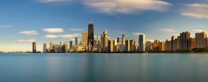 Chicagowska linia horyzontu przy zmierzchem przeglądać od Północnej alei plaży zdjęcie royalty free