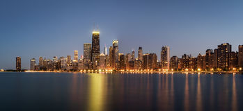 Chicagowska linii horyzontu panorama przy nocą przeglądać od Północnej alei plaży fotografia stock