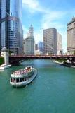 Chicagowska Rzeczna Architektoniczna wycieczki turysycznej łódź podróżuje wzdłuż Chicagowskiej rzeki zdjęcie stock