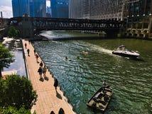 Chicagowska rzeka podczas kolorowego lata, ludzie na riverwalk, mężczyzna łowi z łodzi rybackiej, kayakers i łodzi motorowa przep Obrazy Royalty Free