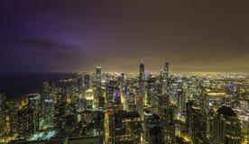 Chicagowska w centrum nocy panorama z grzmi Fotografia Stock