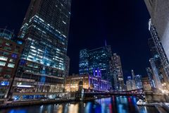 Chicagowski śródmieście rzeką przy nocą zdjęcia stock