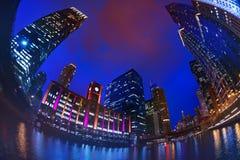 Chicagowski śródmieście z drapacz chmur przeciw ciemnemu niebu zdjęcia royalty free