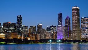 Chicagowski linia horyzontu nocą - widok od jezioro michigan zbiory