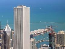Chicagowski miasta śródmieście z nowożytnymi budynkami i marynarki wojennej molem obraz royalty free