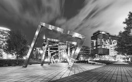 Chicagowski Zachodni pętla park, pejzaż miejski przy nocą w czarny i biały i chicago ulica panorama obrazy stock