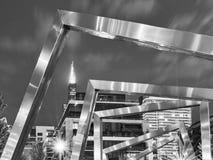 Chicagowski Zachodni pętla pejzaż miejski przy nocą w czarny i biały Ulicy Illinois fotografia royalty free