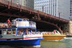 Chicagowskie Architektoniczne wycieczek turysycznych łodzie podróżują wzdłuż Chicagowskiej rzeki zdjęcia royalty free