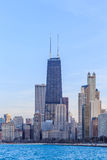 Chicagowskiego miasta miastowy drapacz chmur przy plażą Zdjęcia Stock