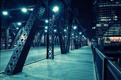 Chicagowskiego miasto rocznika rzeczny drawbridge z miastowymi budynkami przy nocą obraz royalty free
