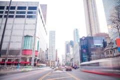 Chicagowskiego w centrum zakupy gromadzki widok od ulicy fotografia stock