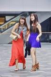 Chicas jóvenes alegres en un área de compras, Shangai, China Imagen de archivo
