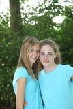 Chicas jóvenes bonitas en hacer juego los tops azules Fotos de archivo
