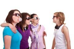 Chicas jóvenes con el chicle de globo Imagenes de archivo