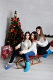 Chicas jóvenes con el trineo Foto de archivo libre de regalías