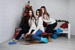 Chicas jóvenes con el trineo Fotos de archivo