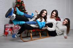 Chicas jóvenes con el trineo Imagenes de archivo