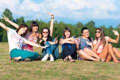 Chicas jóvenes con las manos para arriba Imagenes de archivo