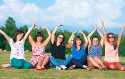 chicas jóvenes con las manos para arriba Fotos de archivo libres de regalías