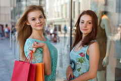 Chicas jóvenes con los panieres coloridos Estación de ventas Foto de archivo libre de regalías