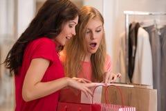 Chicas jóvenes con los panieres en tienda Imagen de archivo libre de regalías