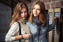 Chicas jóvenes contra una pared Imagen de archivo libre de regalías