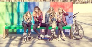 Chicas jóvenes de moda en un parque del monopatín Imágenes de archivo libres de regalías