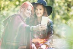 Chicas jóvenes de moda sonrientes Fotografía de archivo