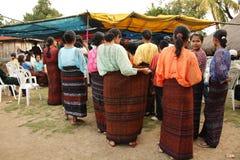 Chicas jóvenes del grupo étnico minoritary con las faldas tipycal Imágenes de archivo libres de regalías