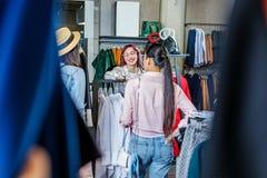 Chicas jóvenes del inconformista que hacen compras en el boutique, concepto de las muchachas de compras de la moda Imagen de archivo libre de regalías
