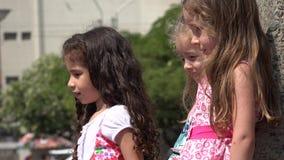 Chicas jóvenes emocionadas almacen de metraje de vídeo