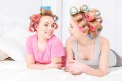 Chicas jóvenes en cama en el partido de pijama Fotos de archivo