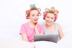 Chicas jóvenes en cama en el partido de pijama Imágenes de archivo libres de regalías