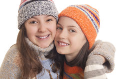 Chicas jóvenes en el abrazo caliente de la ropa del invierno Foto de archivo libre de regalías