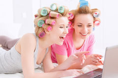 Chicas jóvenes en el partido de pijama Foto de archivo