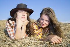 Chicas jóvenes en el rastrojo Fotografía de archivo