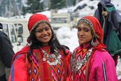 Chicas jóvenes en el vestido tradicional del valle de Kullu en la India Foto de archivo