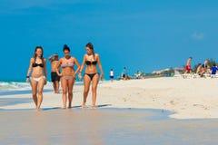 Chicas jóvenes en la playa de Varadero en Cuba Foto de archivo libre de regalías