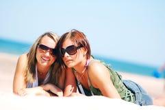 Chicas jóvenes en la playa del verano Fotos de archivo